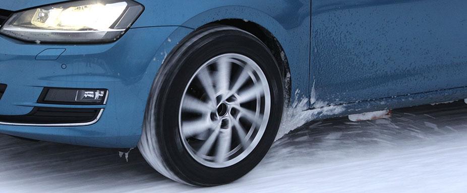 ADAC und TCS testeten die Winterreifen 2021 auf einem VW Golf im Schnee