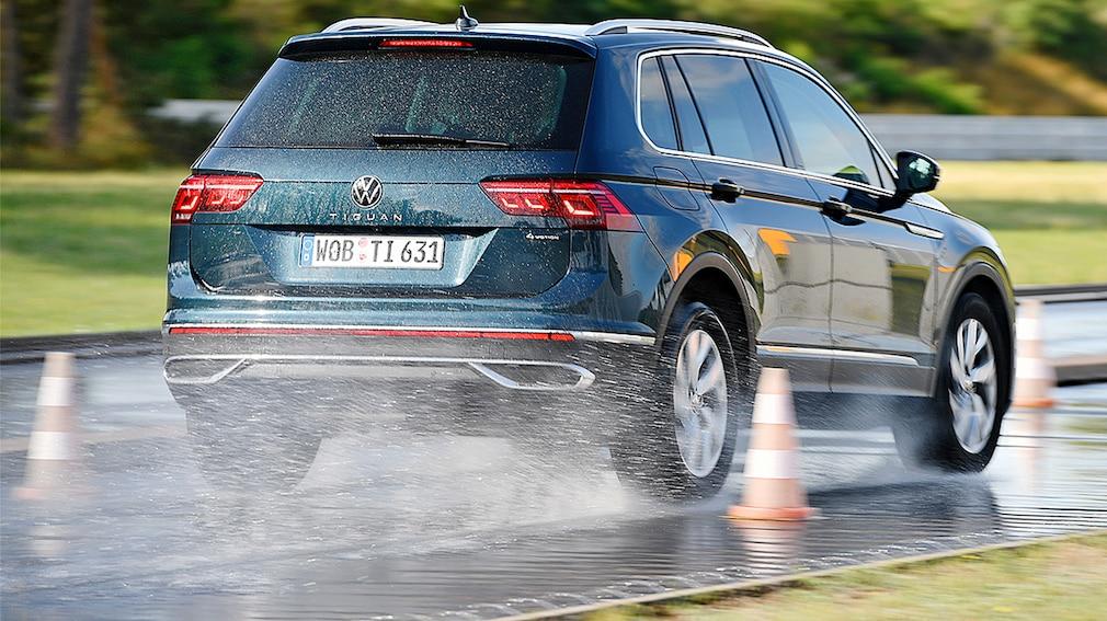 Der VW Tiguan beim Bremsvorgang auf nasser Fahrbahn anlässlich des Ganzjahresreifentests 2021 von Auto Bild für SUV